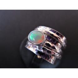 Bague de méditation avec une opale